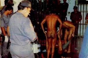 Presos removem mortos e feridos do massacre, em imagem publicada em VEJA de 14 de outubro de 1992