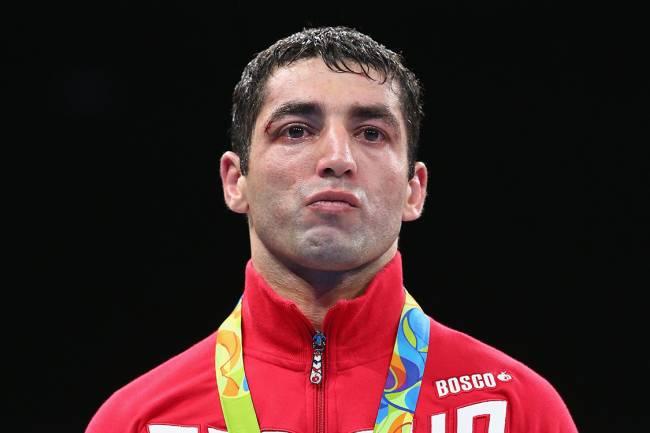 O boxeador russo, Misha Aloyan, recebe a medalha de prata durante as Olimpíadas Rio 2016