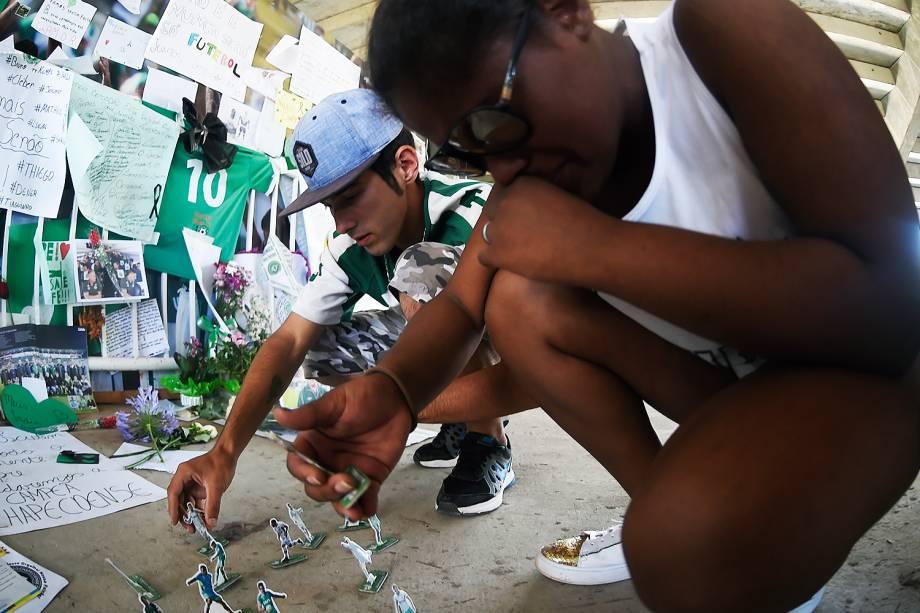 Torcedores homenageiam vítimas do acidente de avião sofrido pela equipe da Chapecoense com mensagens, flores, casrtazes e imagens dos atletas, em frente a Arena Condá, Chapecó