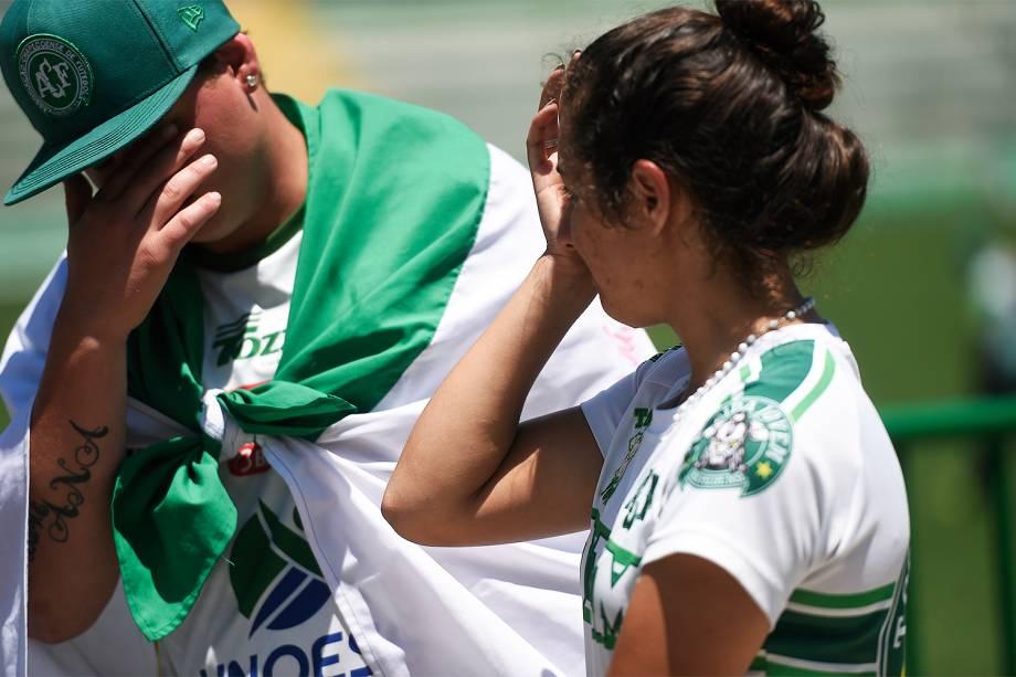Torcedores lamentam acidente de avião que matou equipe da Chapecoense e prestam homenagens aos atletas na Arena Condá, em Chapecó, Santa Catarina