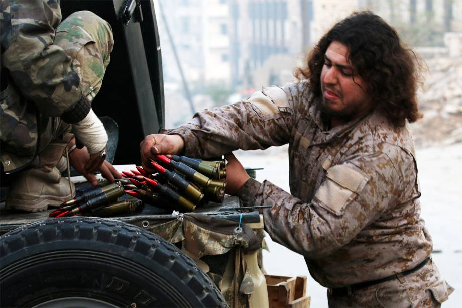 Combatente sírio verifica munição na região de Alepo, na Síria - 12/12/2016