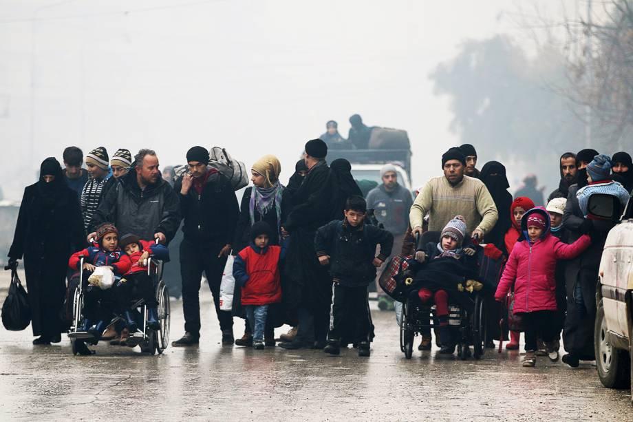 Pessoas começam a ser retiradas da região de Alepo, na Síria - 13/12/2016