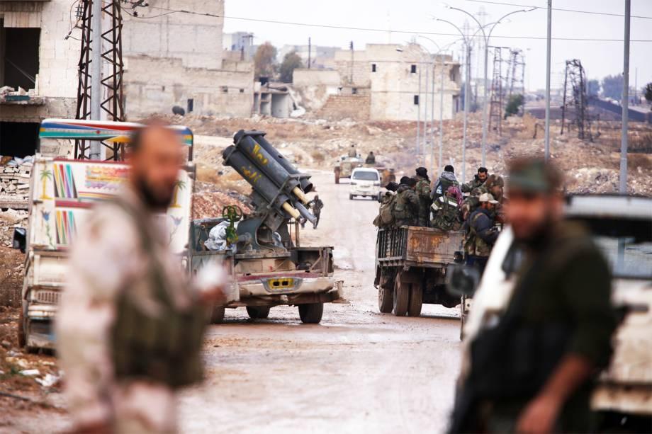 Soldados aliados do governo do ditador sírio Bashar Assad entram no vilarejo de Al-Haidariya, na região de Alepo - 02/12/2016