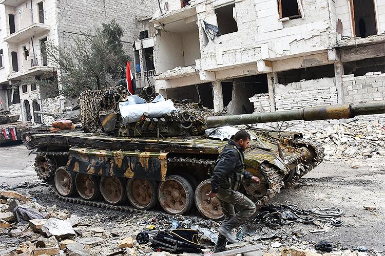 As forças pró-governo da Síria avançam no vilarejo de Jisr al-Haj durante operação militar para retomar áreas mantidas pelos rebeldes na cidade de Alepo - 14/12/2016