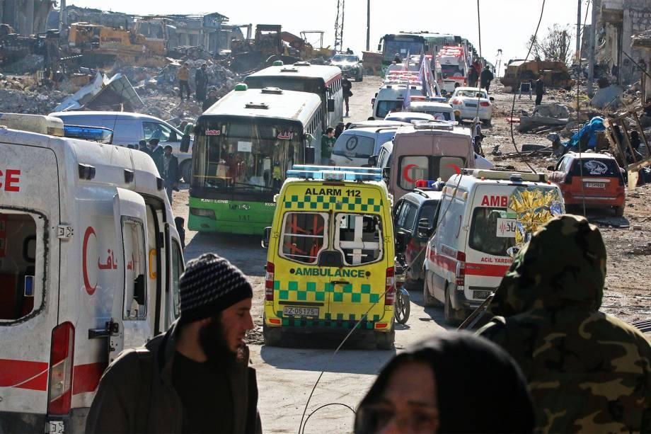 Ambulâncias e ônibus aguardam para retirar feridos e civis em Alepo, na Síria - 15/12/2016