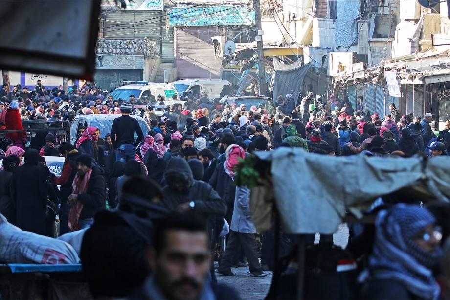 Pessoas se reúnem no distrito rebelde de Al-Sukkari, em Alepo, para serem evacuadas - 15/12/2016