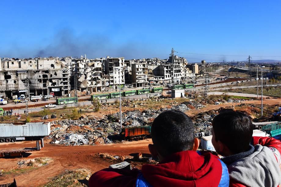 Primeiras pessoas retiradas da cidade síria de Alepo deixaram os bairros rebeldes a bordo de vários ônibus e ambulância - 15/12/2016