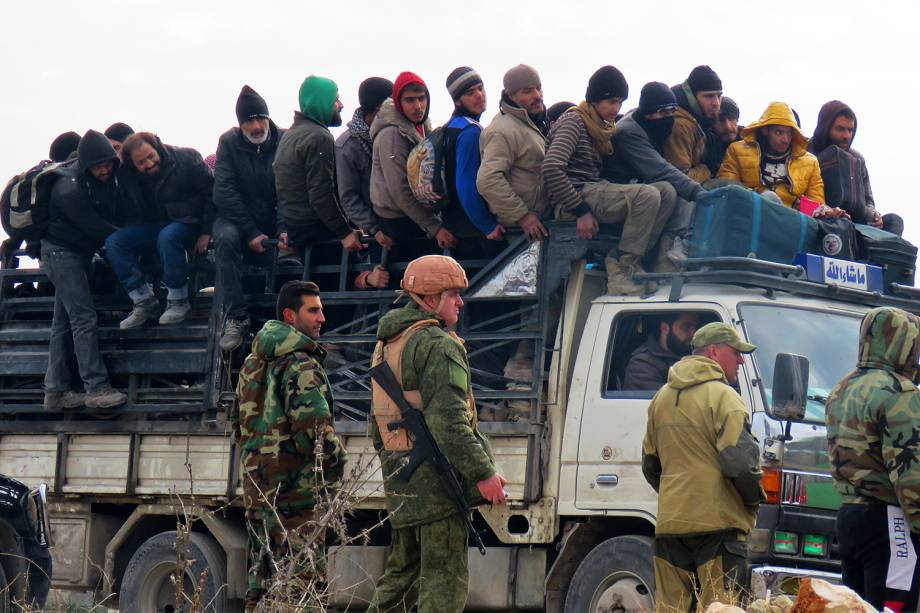 Civis sírios são evacuados de área rebelde de Alepo - 16/12/2016