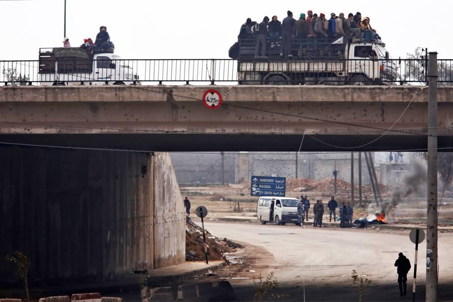 Pessoas são colocadas em caminhões durante evacuação de Alepo, na Síria - 16/12/2016
