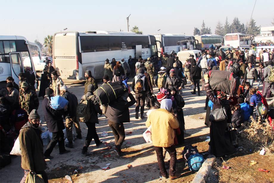 Sírios são evacuados de áreas rebeldes no norte de Alepo - 19/12/2016