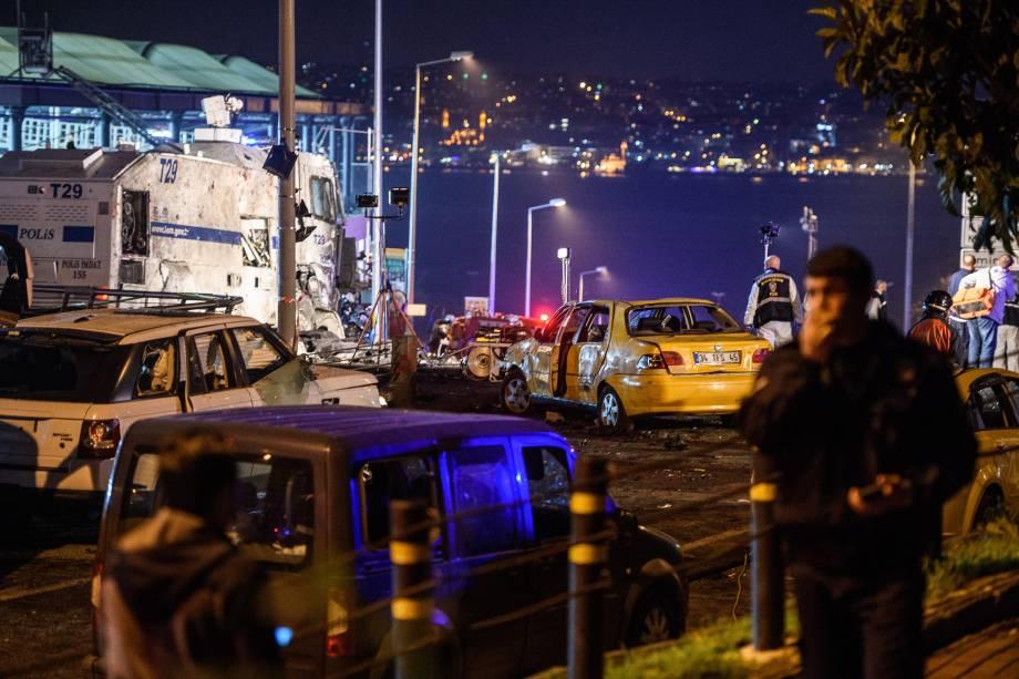 Polícia forense e oficiais investigam a cena após um ataque suicida  perto do estádio do Besiktas, em Instambul, na Turquia - 10/12/2016