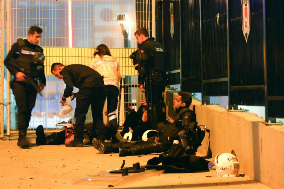 Polícia atende aos feridos no local de uma explosão no centro de Istambul, na Turquia - 10/12/2016