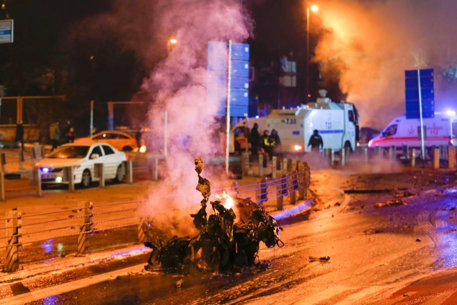 Polícia chega ao local de uma explosão no centro de Istambul, na Turquia - 10/12/2016