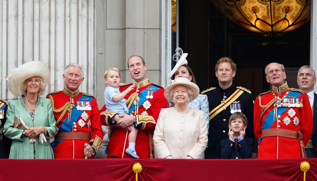 A Rainha Elizabeth com os membros da família real britânica na sacada do Palácio de Buckingham durante a comemoração oficial do aniversário da monarca, no dia 13 de junho de 2015, em Londres (Crédito: Max Mumby/Indigo/Getty Images)