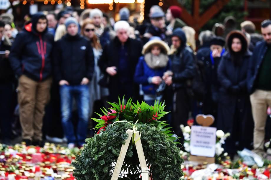 Alemães homenageiam os 12 mortos em atentado terrorista em mercado de Natal, em Berlim  - 24/12/2016