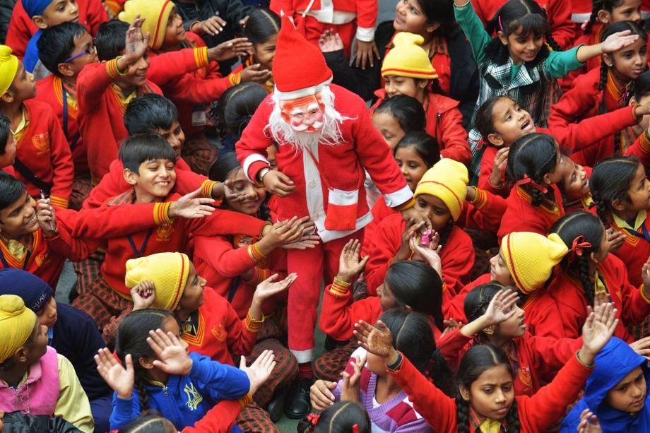 Papai Noel brinca com estudantes enquanto distribui doces em uma escola de Amritsar, na Índia - 24/12/2016