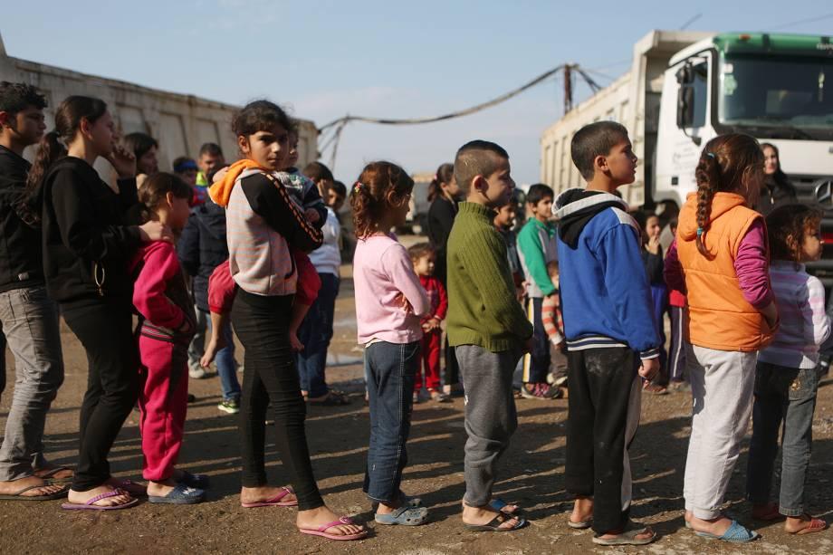 Crianças refugiadas da Síria formam fila para receber presentes de Natal em Beirute, no Líbano - 24/12/2016