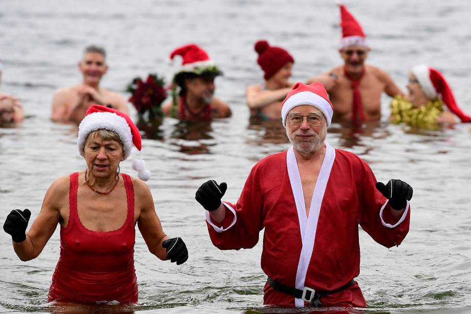 Membros de clube de natação em Berlim celebram o Natal vestidos de papai noel durante a natação tradicional no lago Orankesee - 25/12/2016