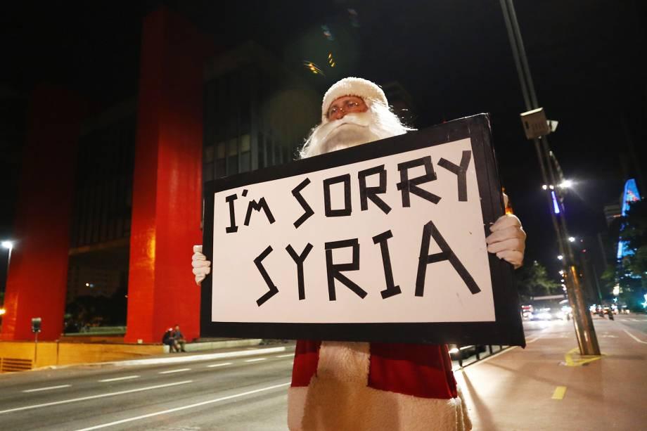 Manifestante vestido de Papai Noel protesta na Avenida Paulista contra a Guerra na Síria, nesta madrugada de domingo (25) de Natal