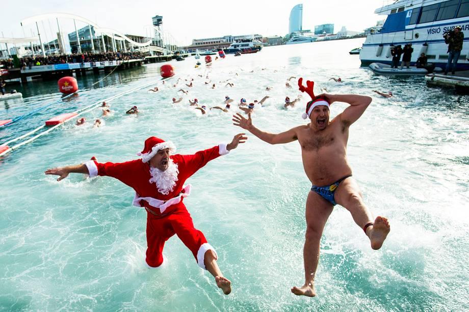 Participantes vestidos de Papai Noel pulam na água durante a 107ª edição da Copa Nadal (Copa de Natal) em Barcelona, na Espanha. O tradicional evento reuniu cerca de 400 participantes no antigo porto da cidade - 25/12/2016
