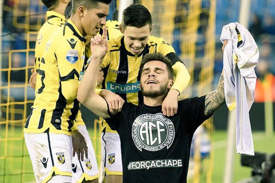 O jogador Nathan, do Vitesse, comemora gol e homenageia a Chapecoense. Juíz não penaliza.