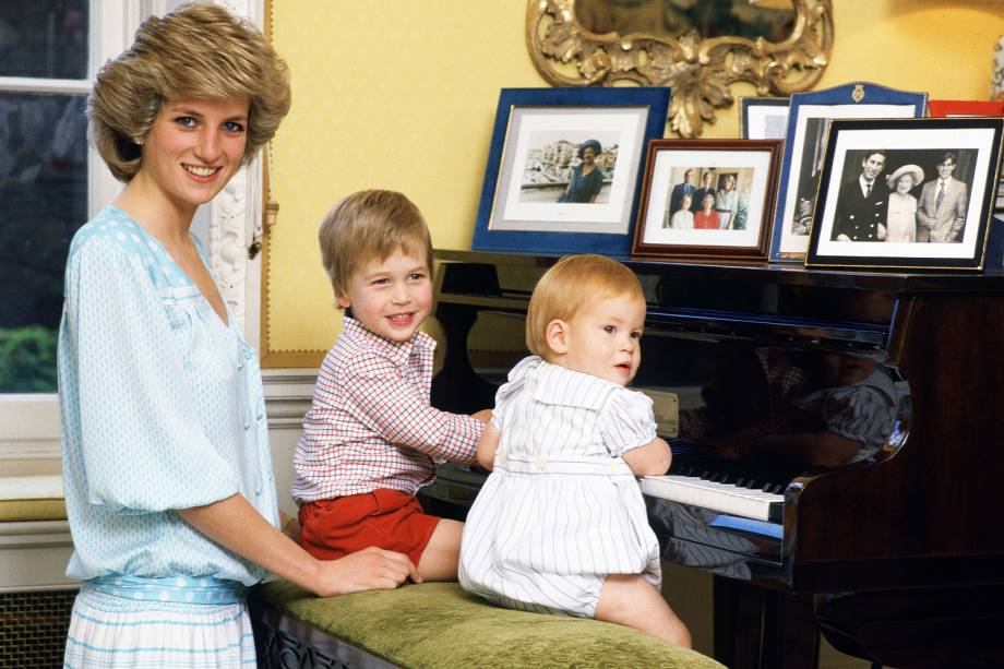 Princesa Diana com os filhos William e Harry no Palácio de Kensington em 1985