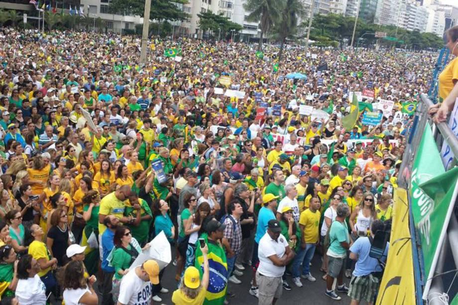 Manifestantes protestam em Copacabana em apoio à operação Lava Jato, no Rio de Janeiro