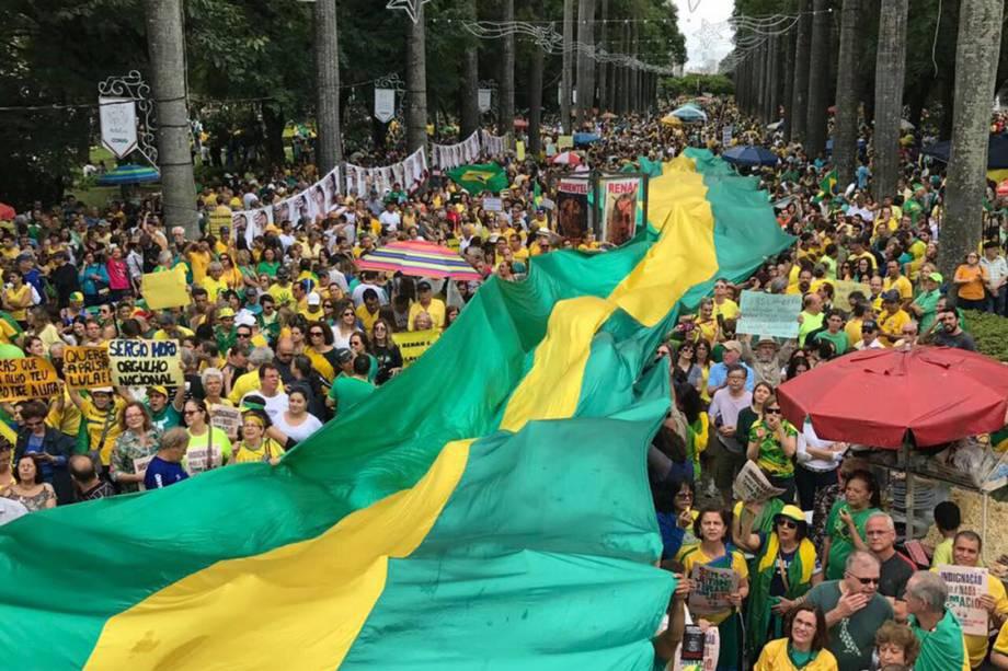 Manifestantes protestam em apoio à operação Lava Jato, em Belo Horizonte