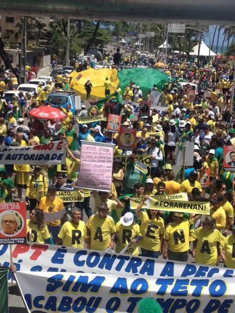 Manifestantes protestam em apoio à operação Lava Jato, em Recife