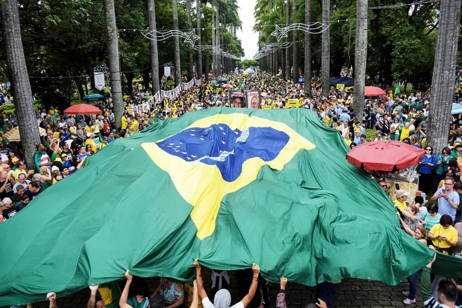 Manifestantes seguram bandeira do Brasil durante protesto contra a corrupção na Praça da Liberdade, em Belo Horizolnte