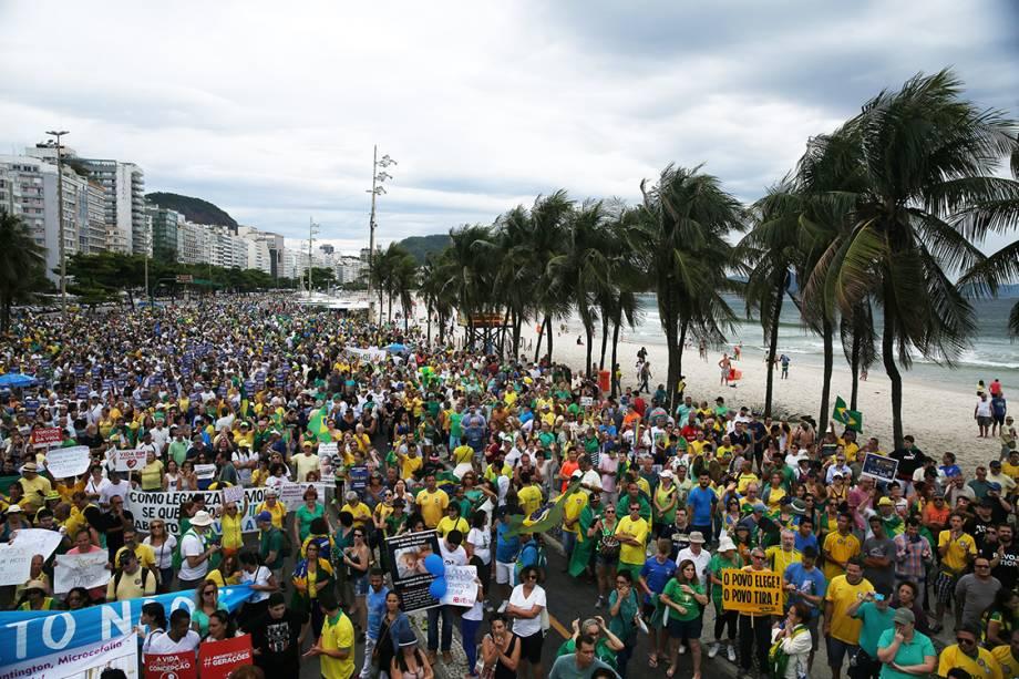 Milhares de pessoas se reúnem na praia de Copacabana durante protesto contra a corrupção, no Rio