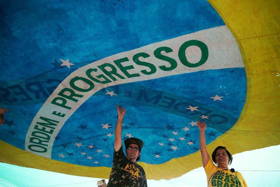 Milhares de pessoas se reúnem na praia de Copacabana durante protesto contra a corrupção, n
