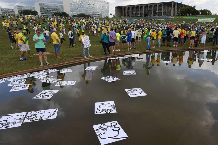 Manifestantes espalham ilustrações de ratos em frente ao congresso nacional, durante protesto contra a corrupção, em Brasília