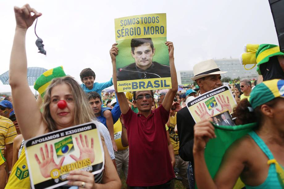 Manifestantes protestam contra a corrupção em frente ao congresso nacional, em Basília