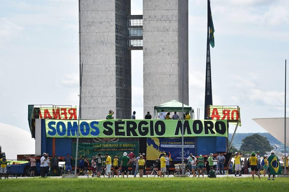 Manifestantes protestam  contra a corrupção, em apoio ao juiz Sérgio Moro e à operação Lava Jato, em frente ao congresso nacional, em Brasília