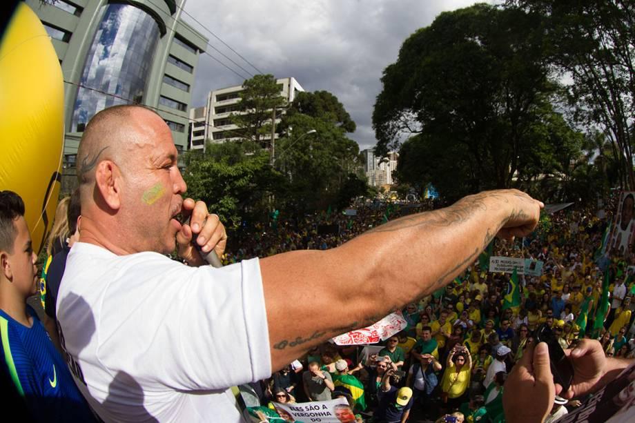 O lutador de MMA, Wanderlei SIlva, durante  contra a corrupção, em apoio ao juiz Sérgio Moro e à operação Lava Jato, em Curitiba