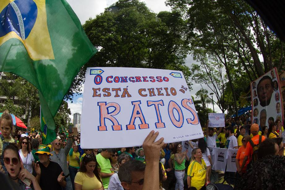 Manifestantes protestam contra a corrupção, em apoio ao juiz Sérgio Moro e à operação Lava Jato, em Curitiba