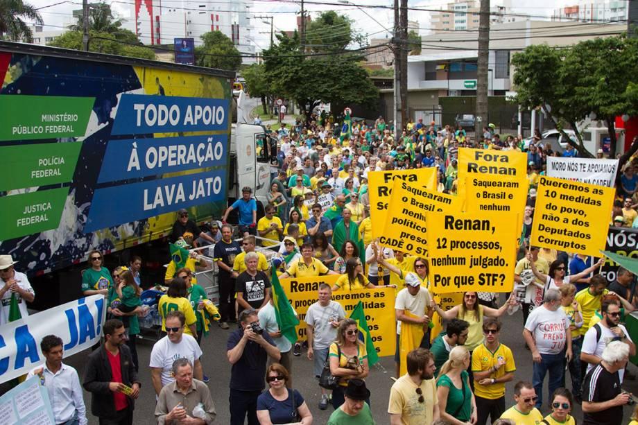 Milhares de pessoas se reunem em frente a Justiça Federal no Paraná na tarde deste domingo (04) para protestar com a votação feita na câmara dos deputados na última terça feira (29) onde foi aprovado a punição conta juizes e procuradores.