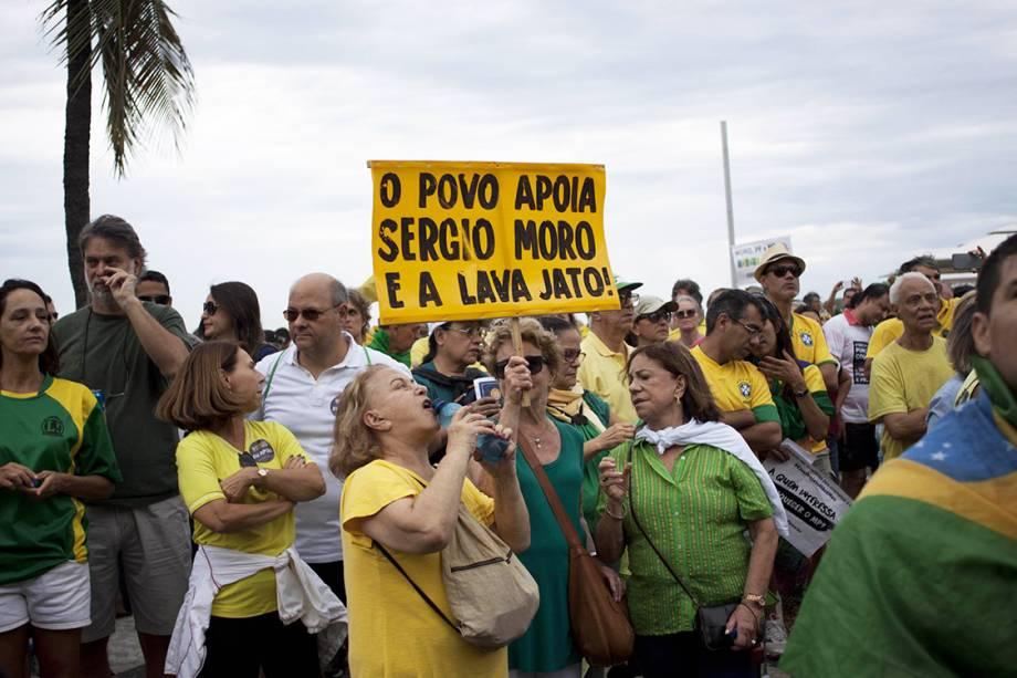 Manifestante prostetam em Copacabana contra a corrupção e em apoio ao juiz Sérgio Moro, Rio de Janeiro