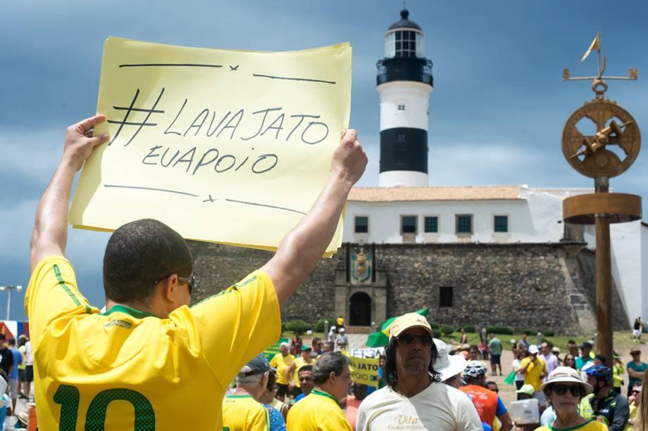 Manifestante prostetam em frente ao Farol da Barra contra a corrupção e em apoio ao juiz Sérgio Moro, Rio de Janeiro