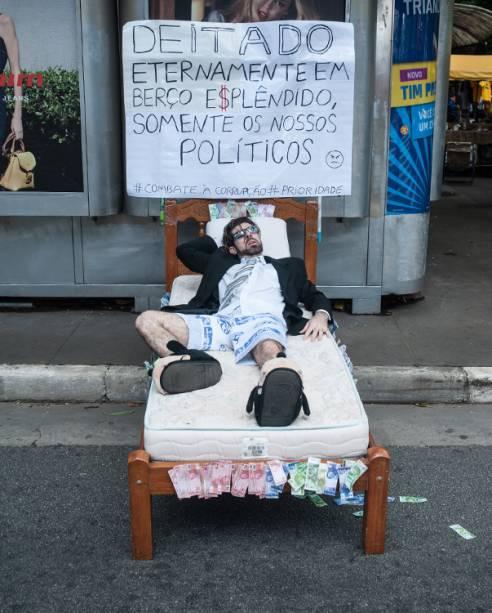 Manifestante protesta na avenida Paulista, contra a corrupção e em apoio ao juiz Sérgio Moro, em São Paulo