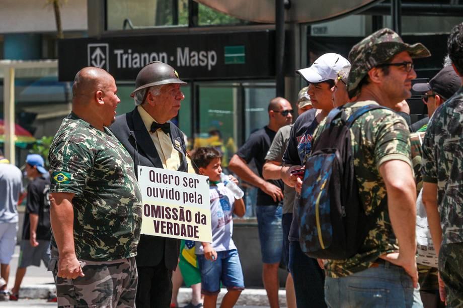Manifestantes pedem intervenção militar durante protesto na Avenida Paulista contra a corrupção e em apoio à operação Lava Jato e ao juiz Sérgio Moro, em São Paulo