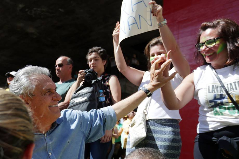 O senador Ronaldo Caiado é cumprimentado durante protesto contra a corrupção na Avenida Paulista, em São Paulo