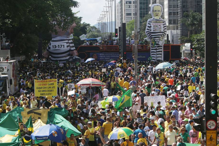 Manifestantes protestam na Avenida Paulista contra a corrupção e em apoio ao juiz Sérgio moro e à operação Lava Jato, em São Paulo