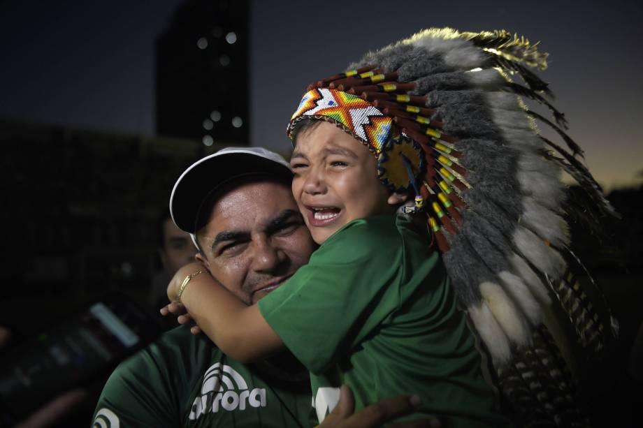 O pequeno Carlinhos, mascote da Chapeconese, chora durante homenagem às vítimas do acidente aéreo na Colômbia na Arena Condá, em Chapecó