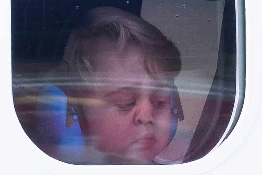 Príncipe George olha da janela do avião antes de partir da cidade de Victoria, durante visita da família real britânica ao Canadá, em 2016