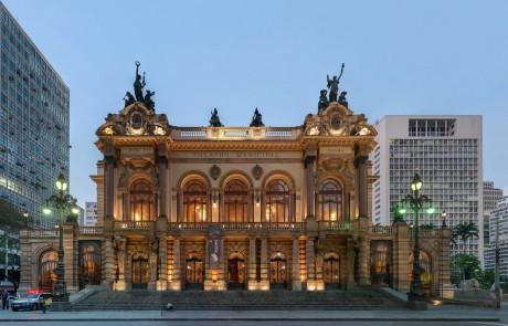 2) A arquitetura da cidade é pavorosa