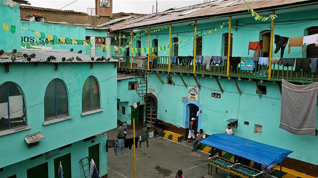 Prisão de San Pedro, em La Paz: ali é permitido abrir negócios e lucrar