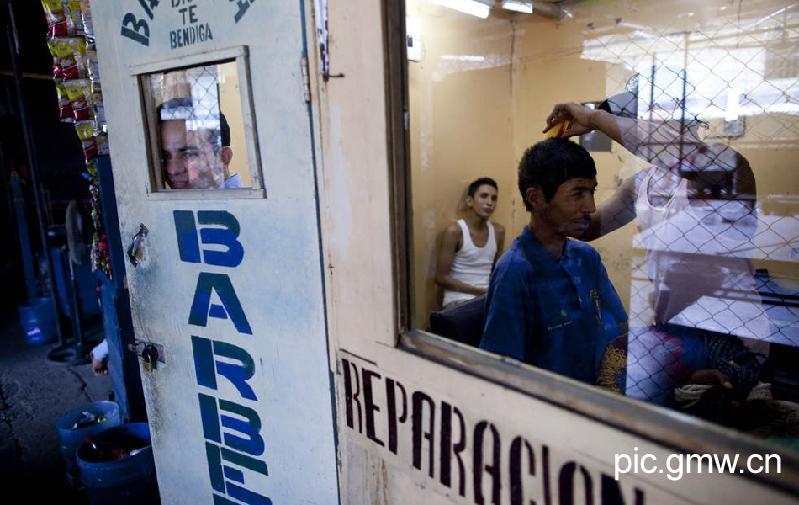 O cabeleireiro atende turistas dentro da prisão