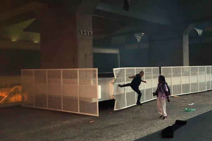 Manifestantes atacam prédio da Fiesp durante protesto contra a PEC 55 na Avenida Paulista, em São Paulo